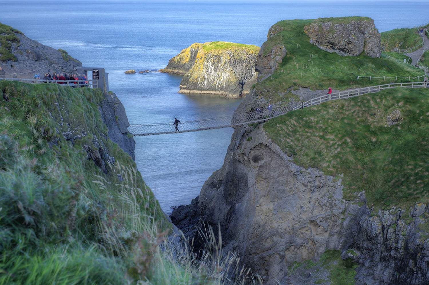 Carrick e Rede Bridge between two cliffs