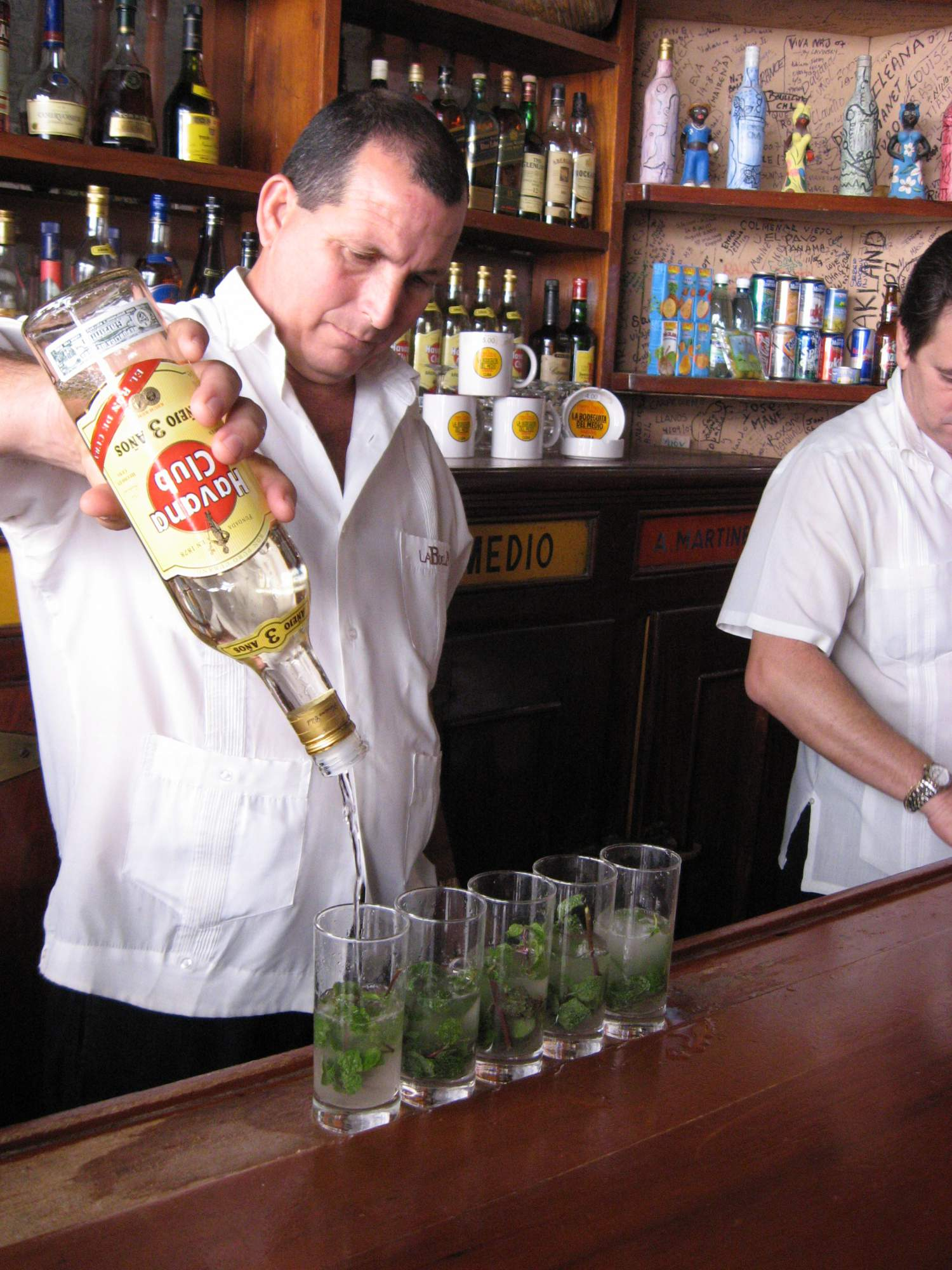Production de mojitos à La Bodeguita, La Havane