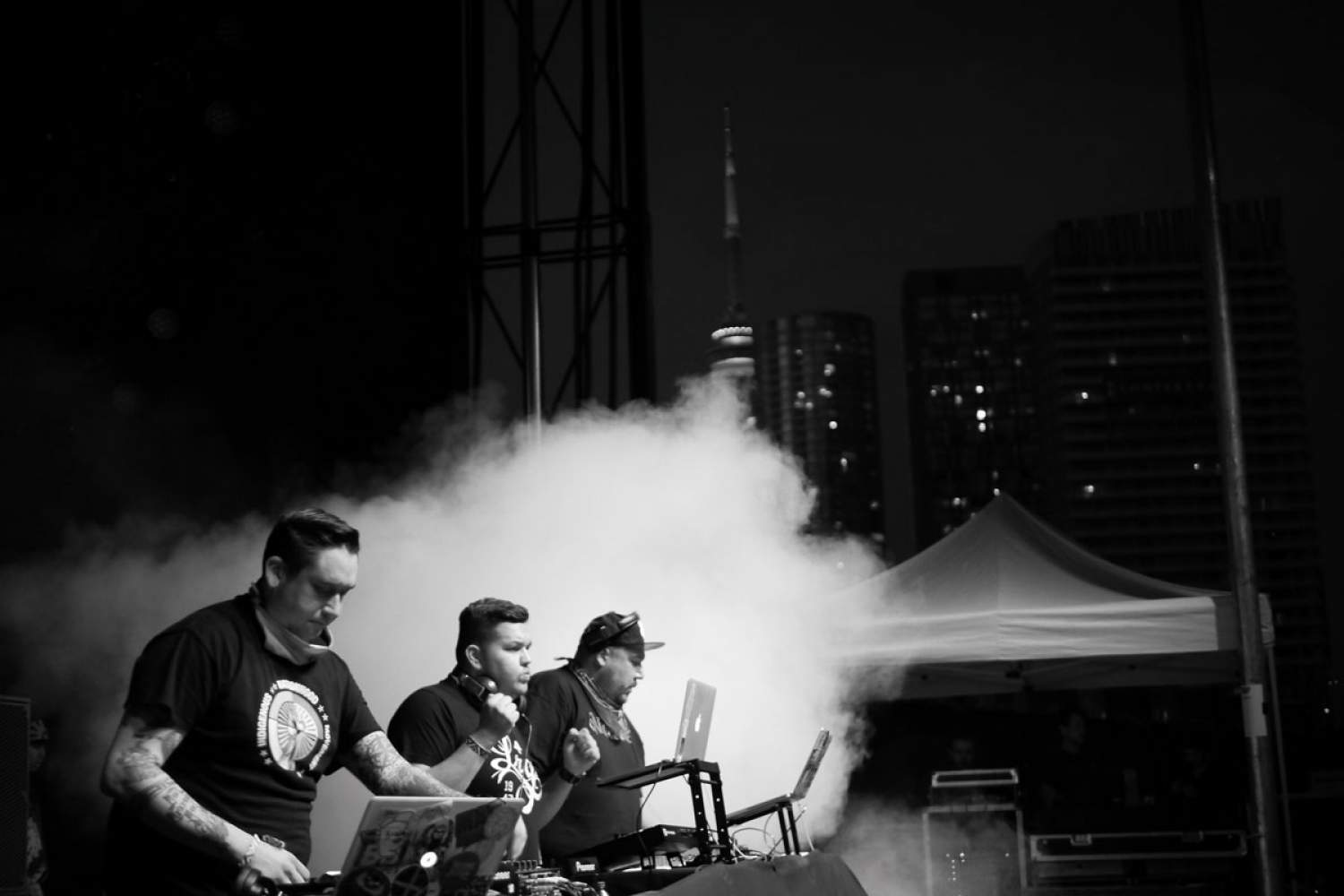 Tribe Called Red en performance DJ