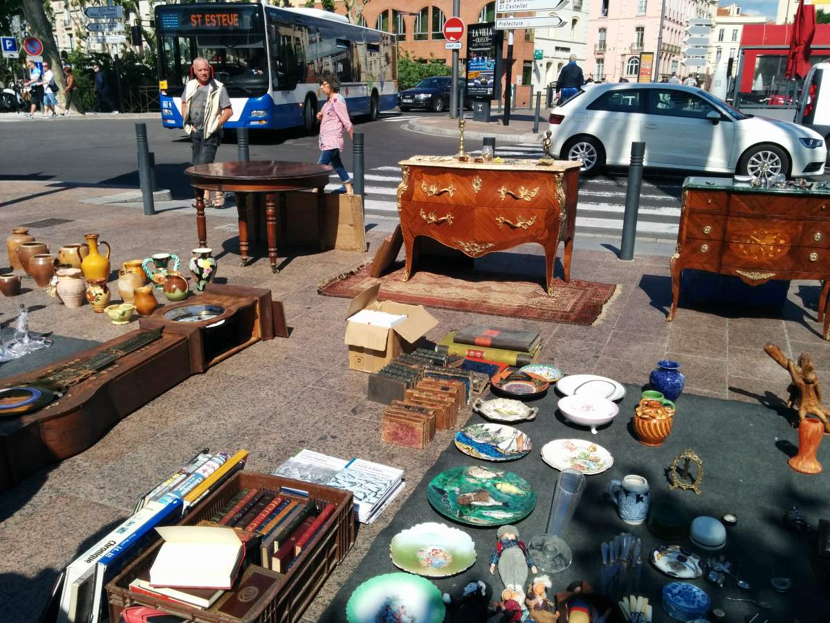 Thrift store in the street of Paris, France